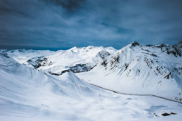 冬の雪山。コーカサス山脈、ジョージア、グダウリ。