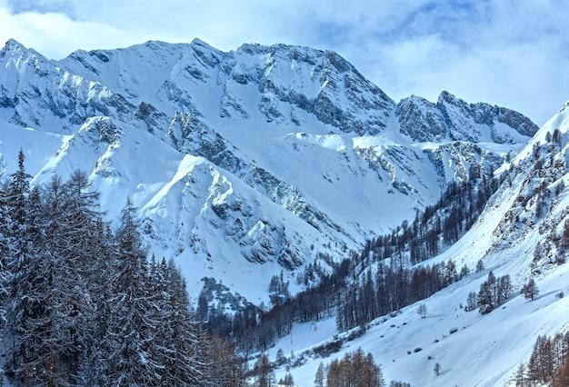 冬の雪に覆われた平和なサムナウンアルプスの風景(スイス)。
