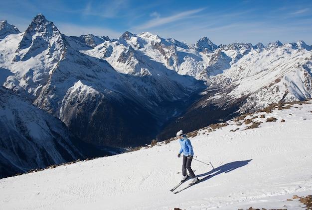 눈 산에서 겨울 스포츠 스키