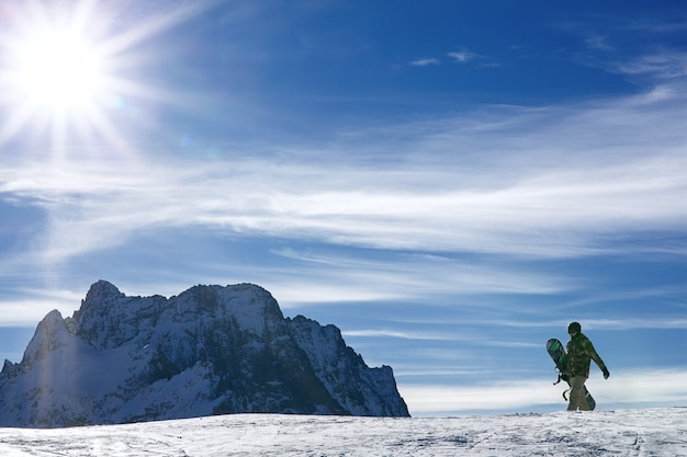 눈 산에서 겨울 스포츠 스노우 보드