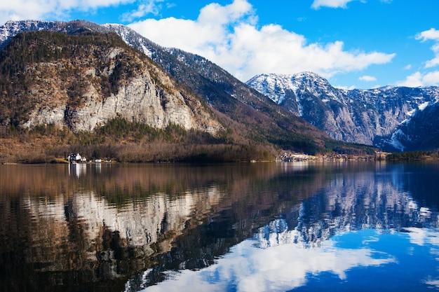 ハルシュタット湖の冬の晴れた朝。オーストリアで探索する最も美しい湖。オーストリアアルプスのザルツカンマーグート。
