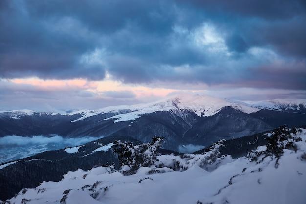 눈 덮인 산에서 겨울 일출 풍경