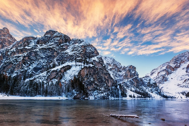 Lago di braies、ドロミテ、イタリアの冬の日の出