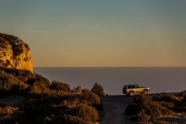 Зимний закат и автомобиль 4 x 4 в серра-дель-монсек, лерида, испания