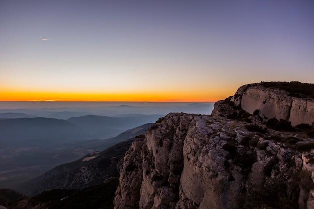 Зимний закат в серра-дель-монсек, лерида, испания