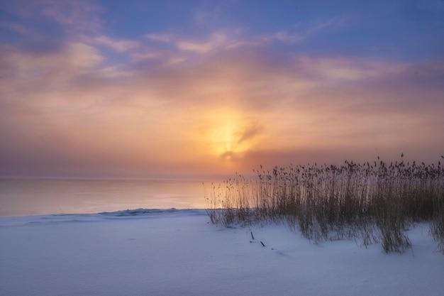 안개 낀 호수에 겨울 일몰