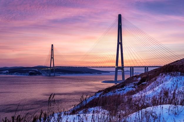 Зимний закат вид длинного вантового моста во владивостоке