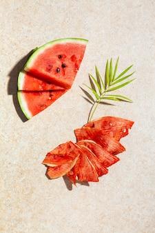 Зимние принадлежности: кусочки сушеного арбуза со свежими кусочками на светлом фоне.