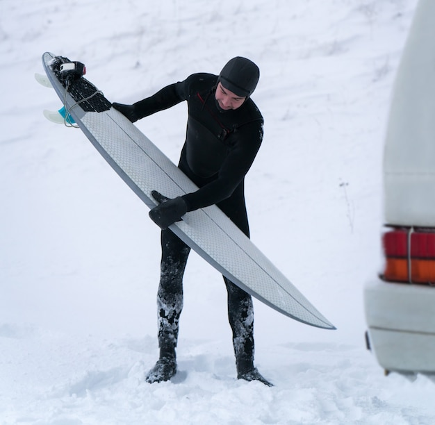 ミニバンで旅行する冬のサーファー