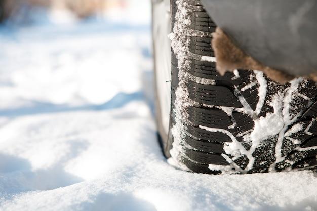 겨울 타이어. 눈 도로에 차. 눈 덮인 고속도로 세부 사항에 타이어.