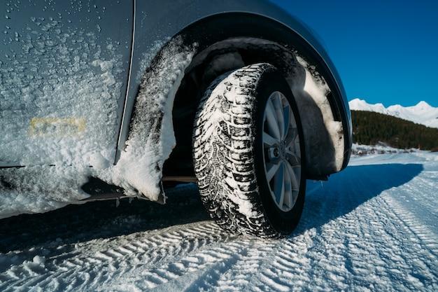 겨울 타이어. 자동차 겨울 타이어. 눈 도로에 차. 눈 덮인 고속도로 detail.on 눈 도로에 타이어. 눈 덮인 고속도로 세부 사항에 타이어.