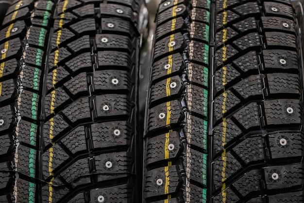 자동차 근접 촬영을위한 겨울 타이어입니다.