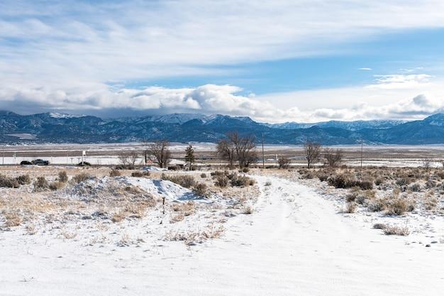 雪と寒いきれいな天気の冬のユタ