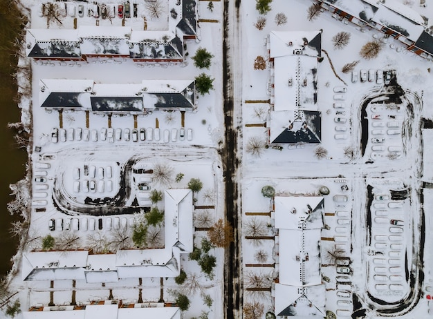 町の住宅の1つの高さからの冬の眺めの集合住宅