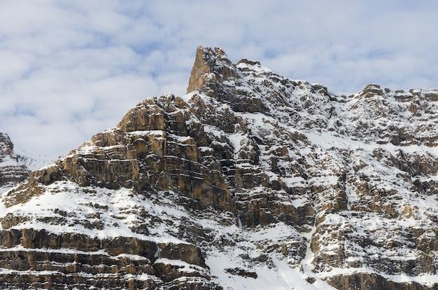 カナダ、アルバータ州、バンフ国立公園のクロウフット氷河山の冬の景色