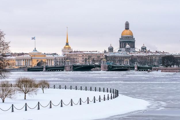 Зимний вид на исаакиевский собор в санкт-петербург.