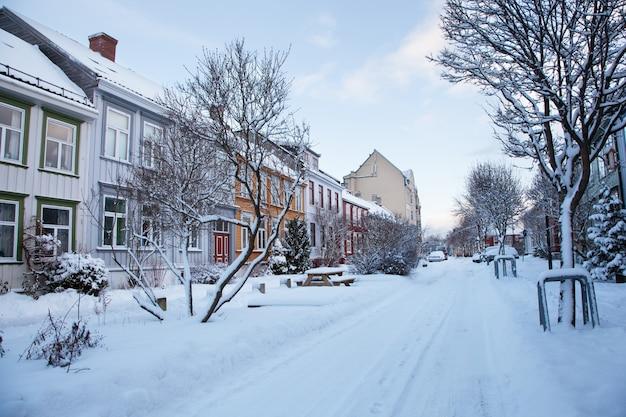 Зимний вид на улицу в городе тронхейм, норвегия