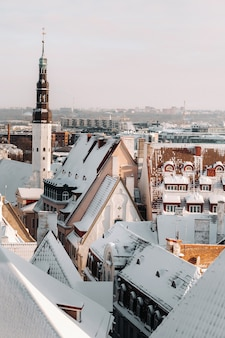 겨울 발트 해 근처 tallinn.snow-covered 도시의 구시 가지의보기. 에스토니아