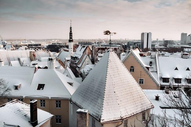 タリンの旧市街の冬の景色。