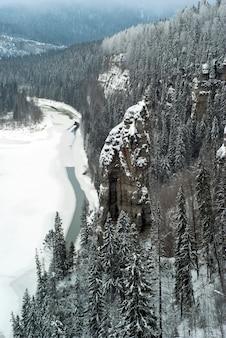 Зимний вид на скалу devils finger и реку усьва в пермском крае урал россия