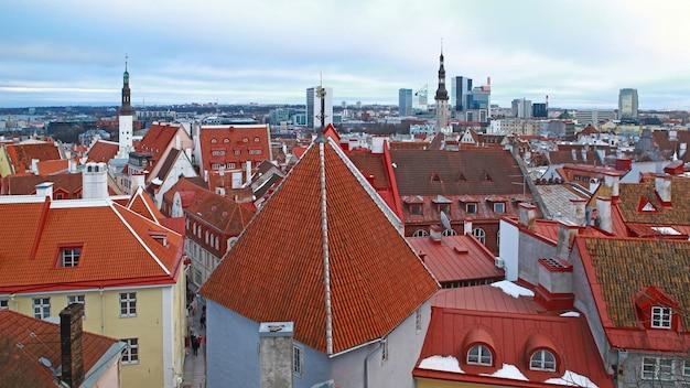탈린 도시 건물의 눈 덮인 지붕 타일의 겨울 전망