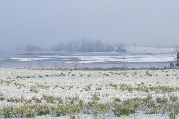 호수에 겨울보기. 겨울 풍경. 아일랜드의 mullingar 마을 근처 부분적으로 얼어 붙은 호수