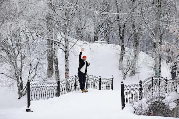 우산을 쓴 겨울 산책. 우산을 쓴 코트를 입은 남자, 겨울 풍경을 배경으로 걷는 겨울 풍경