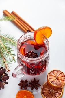 冬の温暖化は、白い背景の上のガラスのカップでグリューワイン。