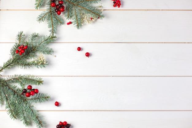 クリスマスの装飾と冬の木製の背景