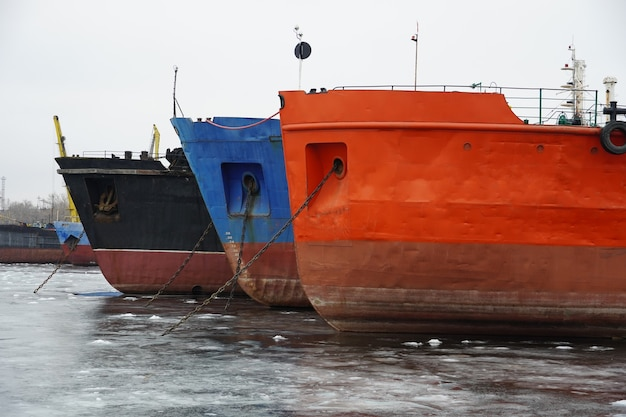 얼어 붙은 강에서 선박의 겨울철. 오래 된 녹슨 모터 배입니다. 볼고그라드. krasnoarmeisky zaton.
