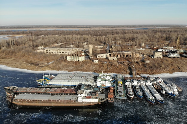 얼어 붙은 강에서 겨울철 배송. 부두에는 많은 배가 있습니다. 볼고그라드. 러시아.