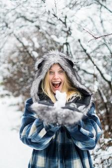 공원에서 눈을 가지고 노는 겨울 행복한 겨울 소녀 소녀 행복한 휴일 여자 가지고 노는