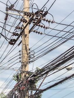 Беспорядок проводов и кабелей, хаос кабелей и проводов на каждой улице в бангкоке, таиланд. Premium Фотографии