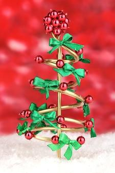 明るい背景にクリスマスツリーを配線します。