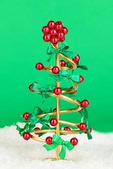 緑の背景にクリスマスツリーを配線します。
