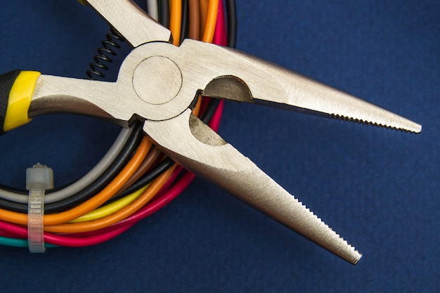 ワイヤーカッターまたはペンチとワイヤーのクローズアップ