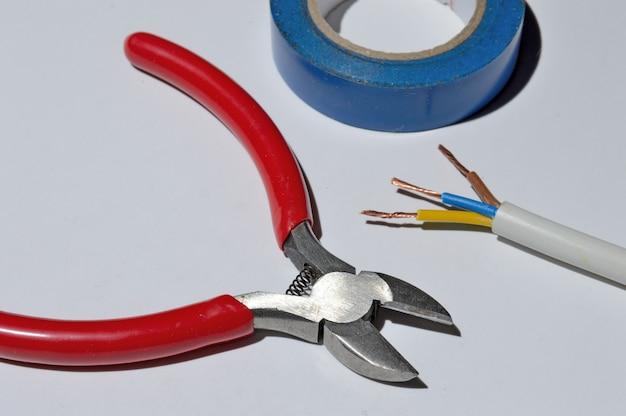 ワイヤーカッター、ワイヤー、電気テープ。上面図。