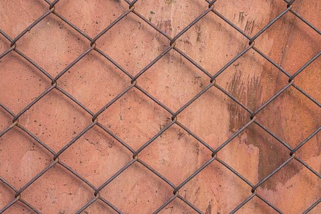 금속 표면 위에 와이어 울타리