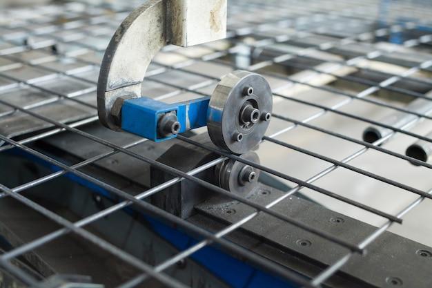 倉庫内の線材、鉄筋、メッシュ。ケーブル工場の生産倉庫。