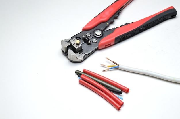 ワイヤーストリッパー、シールドされた3芯ワイヤー、および熱収縮チューブ。閉じる