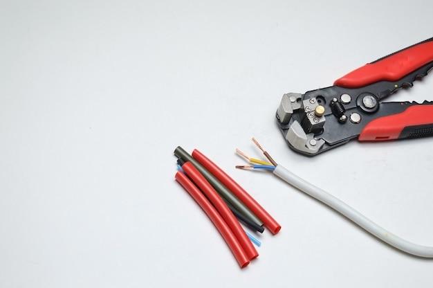 ワイヤーストリッパー、シールドされた3芯ワイヤー、白の熱収縮チューブ