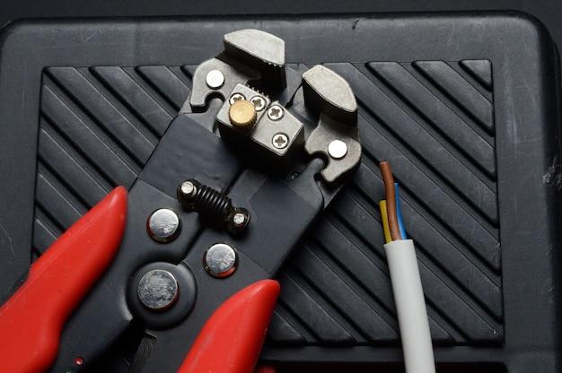 ワイヤーストリッパーとストリップされたワイヤーはツールボックスに残ります。閉じる。