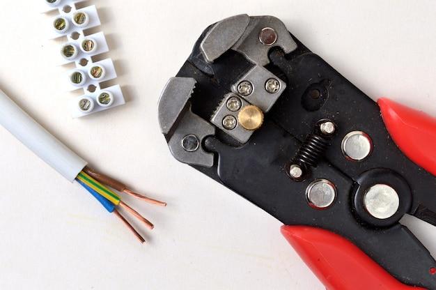 端子台のワイヤーストリッパー
