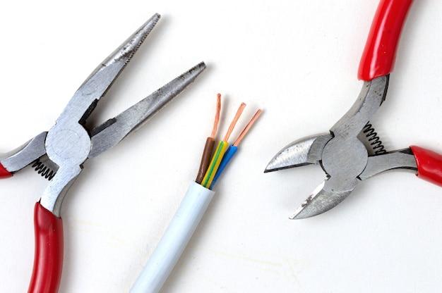 パサチグツールとワイヤーカッターを使用したワイヤーストリッパー