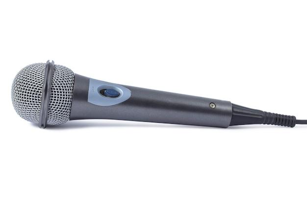 Проводной аудиомикрофон крупным планом на белой поверхности