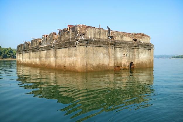 Руины бывшего храма ват ван wirekaram, часть подводного города в sangkhlaburi, таиланд