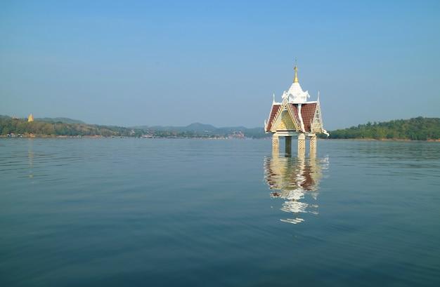 Колокольня бывшего храма ват ван wirekaram, часть подводного города, таиланд