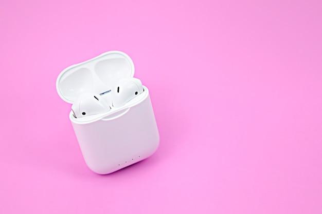 ピンクのワイヤレスbluetoothヘッドフォンと充電ケース