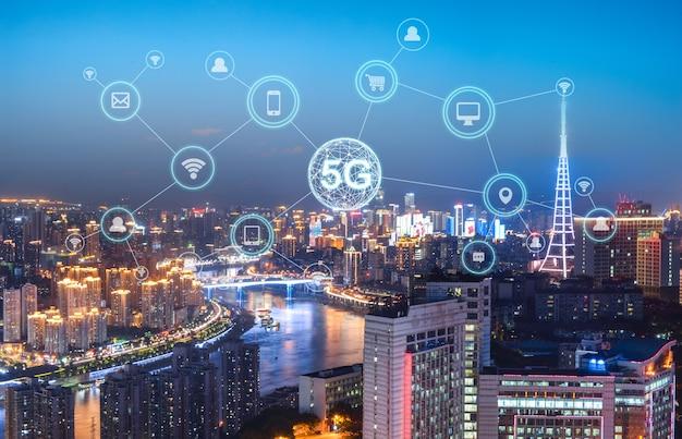 Концепция сети беспроводной связи. панорама современного города