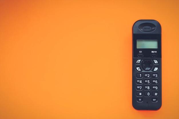 무선 무선 전화, 무선 전화, dect 무선 전화 무선 전화, 무선 전화, 주황색 배경의 무선 전화.